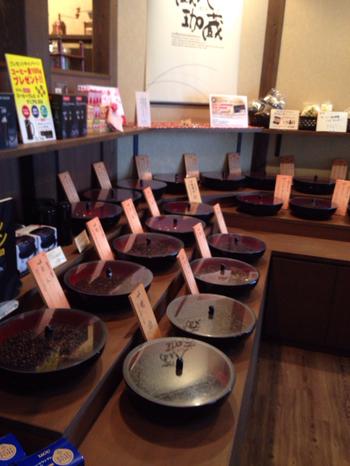 お店の玄関を入ると焙煎したての珈琲の香ばしい香りがいっぱい。珈琲豆の種類は、とてもバリエーション豊かで、珈琲の銘柄1つひとつに珈蔵(かくら)こだわりのネーミングがつけられています。