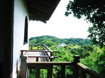 海から渡ってくる風の心地良さも含めて、鎌倉山の美しい自然を堪能できる場所。ぜひ一度訪れてみてはいかがでしょう。