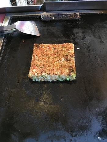 そのほか、四角い金枠で囲って焼き上げる《おこめ焼き》など、気になるメニューがたくさん!厚みのあるふかふか食感を楽しめますよ。  ほかにも、焼きそば、焼き飯、手羽先ギョーザ、牡蠣バターなど、気になるメニューがたくさん!ぜひ訪れてみてはいかがでしょう。