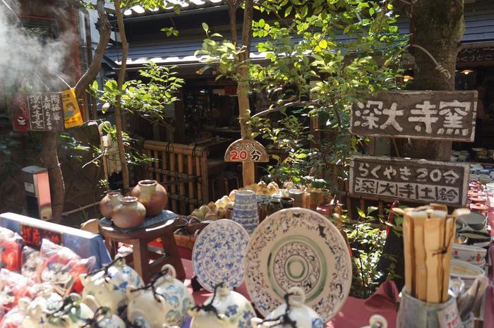 深大寺の門前にある陶磁器専門店「むさし野 深大寺窯」では、予約なしでも陶芸体験できます。「らくやきコース」なら20分でオリジナル陶器が焼き上がる!