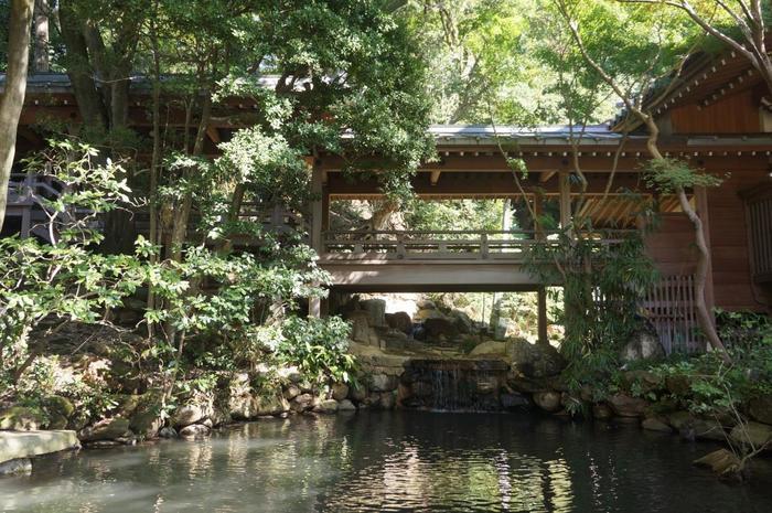 深大寺境内では、ところどころに滝や湧き水が。水の流れに癒されます。