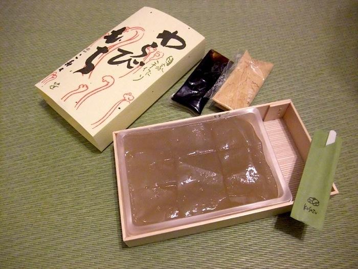 店内で味わったら、お土産もぜひ。9切で700円(税抜き)。良心的な価格帯なのも、大きな魅力。
