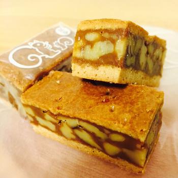 「クルミッ子」は、クルミがぎっしりと詰まった自家製キャラメルを、サクサクとしたバタークッキー挟んだ、洋風菓子。一度食べるとやみつきになるほどの美味しさです。  絶対喜ばれる手土産として、太鼓判です*