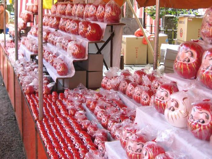 """毎年3月に行われる""""日本三大だるま市""""のひとつ、深大寺の「だるま市」は、多くの人でにぎわう人気行事です。 ここで買っただるまは、深大寺の僧侶のかたが目入れをしてくれます。"""