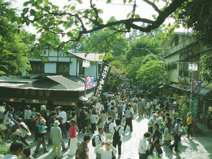 休日ともなると深大寺は多くの人でにぎわいます。