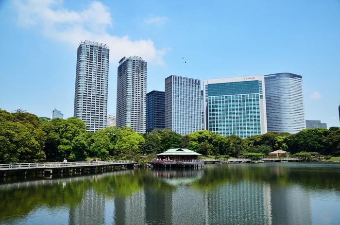 都会に突如現れるオアシス的存在の緑豊かな公園が浜離宮恩賜庭園です。東京湾の海水を引いており、満ち引きによって表情を変える様も見どころです。