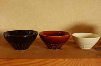"""深山(miyama)が作る親子茶碗。「nest」とは""""入れ子に収まる""""の意。三つの大きさが揃った親子茶碗。お父さん、お母さん、そして子どもたち・・・お揃いのお茶碗で食べれば楽しい食卓に。飴釉(茶)が落ち着いた印象。"""