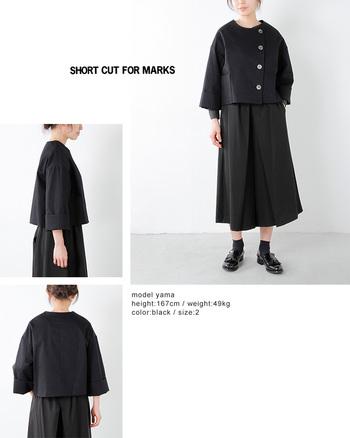 暗い印象になりがちなブラックコーデでも、ジャケットのデザインが個性的な主張をしているものであれば、とってもオシャレになりますね。