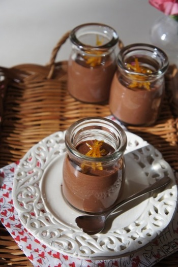 刻んだチョコレートを、半量あたためた生クリームで溶かし、残りの泡立てた生クリームと混ぜてつくるムースオショコラは、簡単チョコレートデザートの定番です。オレンジピールを飾ると、大人の味わいに。