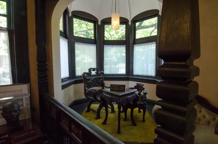 中に入ると、年期の入った木製の柱や調度品に出会います。