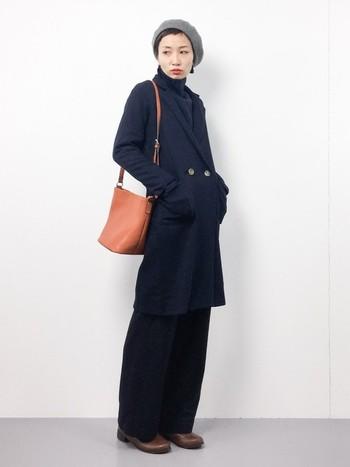 シルエットがきれいなダブルデザインのメンズライクなチェスターコートは、ワイドパンツの上に羽織ってももたつかず縦ラインをスリムに見せてくれますね。ベレー帽とピアスが知的な女性らしさを印象付けています。