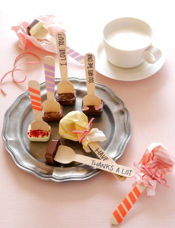 使い捨てのスプーンと製氷皿を使う簡単レシピ。板チョコを数種類混ぜたり、トッピングにこだわれば、あなただけのアレンジチョコレートも思いのままです。