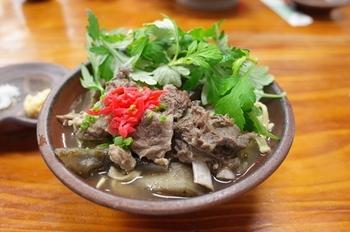 沖縄といったら山羊。滋養強壮と栄養補給として昔から食べられてきました。  「むかしむかし」では地産池消にこだわり、育てた野菜と山羊を使って作るヒージャそばが食べれます。 独特な味ですので、トッピングのヨモギやショウガ、ニンニクと一緒に食べるのをおすすめします♪