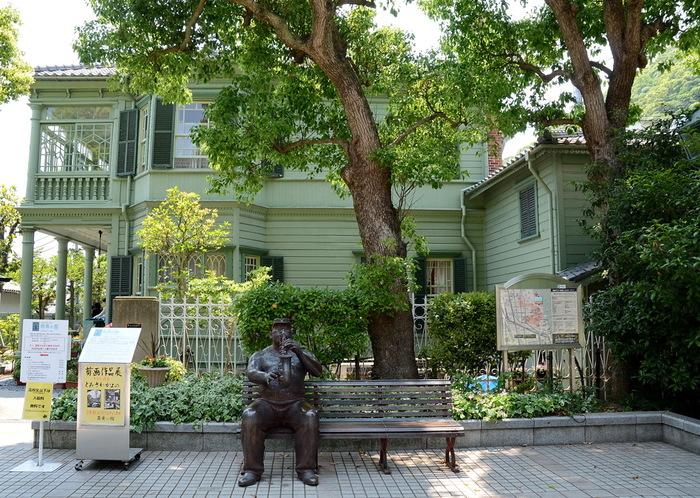 淡いグリーンの外見で優しい印象のお家。 映画の撮影でも使用されている建築物です。