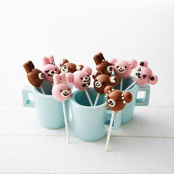 まるでロリポップキャンディーのような、キュートなチョコレート。イチゴとミルクチョコレートをそれぞれ溶かして混ぜて、型に入れるだけなので、小さな子どもも簡単に作れます。