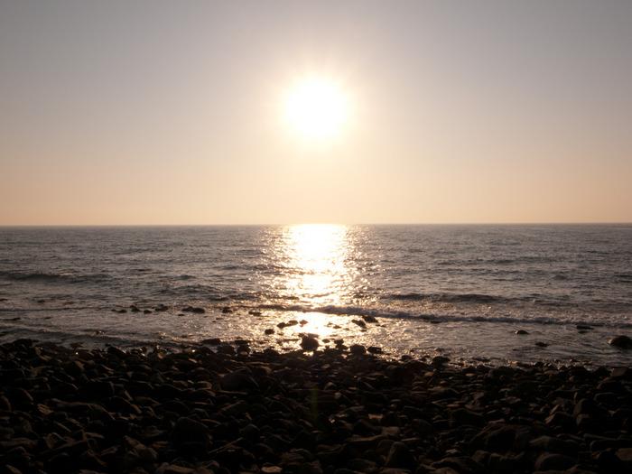 夏は海水浴場として賑わう海岸も、秋は静けさを取り戻し、さざ波だけが美しい夕日の観客に・・・