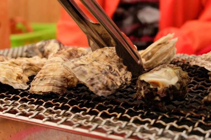 5年ほど前から、牡蠣の殻を有機石灰に変えたものが、糸島の山林で活用されるようになり、川の流れに乗って山の栄養と共に海へと還る循環が生まれました。  ミネラルをたっぷり含んで育ったぷりぷりの牡蠣は、糸島の秋のイベント「牡蠣小屋」で楽しめます。