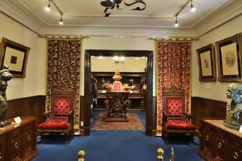 なんともクラシックな館内。天井も高く、青いじゅうたんが華やかに出迎えてくれます。