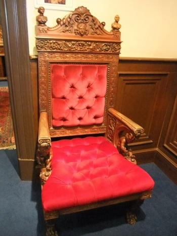 このサターンの椅子が一時大ブームに! 座ると願いが叶うということで、遠方からも大勢の人が詰めかけました。