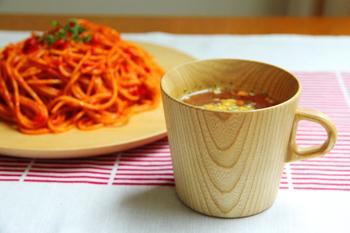 旭川に工房を持つ高橋工芸の「KAMI(カミ)シリーズ」は、北海道産の栓(せん)の木をていねいにろくろで挽いて作られています。強度に問題のないぎりぎりまで削られ、軽いのも特徴。手に持ったときの柔らかな質感とぬくもりは、木ならではの魅力♪冷めにくく、スープカップとしてもおすすめです。
