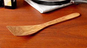 「スキャンウッド(Scan Wood)」は、100年近い歴史を持つデンマークの木製キッチンツールメーカー。スパチュラはヘラ部分が反っており、鍋を傷つけることなくソースをこそげ取ることができます。硬くて緻密で油分の多いオリーブの木を使用していますので、ニオイや色が付きにくいのも特徴。