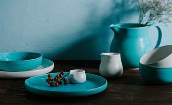 鮮烈なコバルトブルーが印象的な「FLOW」(フロウ)。アイボリーとの2色展開です。乗せた食材の色味を引き立て、赤や緑、黄色をより一層鮮やかに見せてくれるためのデザインです。