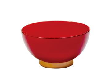 こちらはレッド×ベージュのバージョン。他にも全6色。aisomo cosomoの飯椀は全部、2色塗りになっています。これはうるし塗りだからこそのこだわり。ハケでひとつひとつ色をつけるからこそできるデザインです。