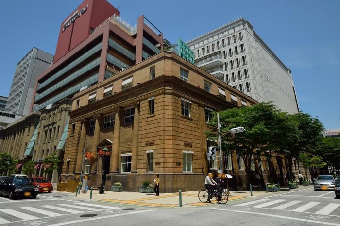 この界隈は、同じような見た目の建物がいくつかあります。 どこにもお店が入っていますが、この辺りは神戸きってのハイブランドストリートといってもいいくらいです。