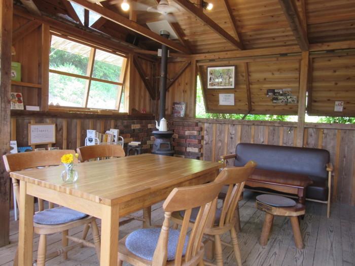 ラッキーガーデンの店内です。温かみのある木の部屋は落ち着いた雰囲気。夏は窓を開けて風を感じ、冬はストーブで暖をとります。