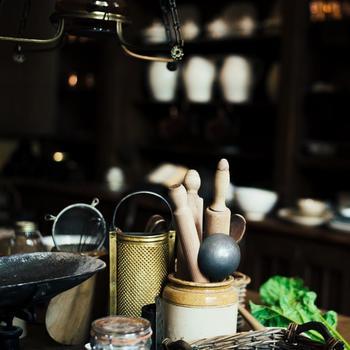 大根おろしやにんにく、しょうがなどの薬味をすり下ろす他、現代ではチーズなども細かくするにのも使われる、おろし金。 日本の伝統的なおろし金は、江戸時代にはすでに現代のかたちになっていたと言われます。殺菌効果の高い純銅の板に、職人が手作業で刃を立てていったのです。