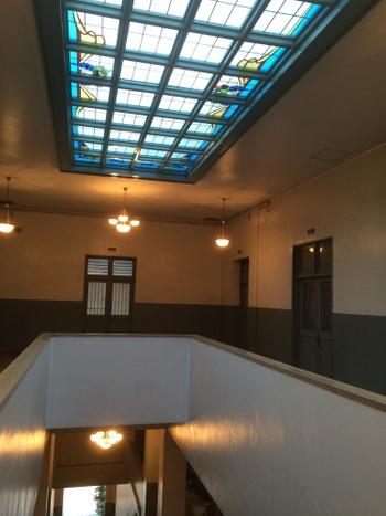 最上階の天井は、美しいステンドグラスがはめ込まれています。 なんとも、ハイセンスで脱帽です。