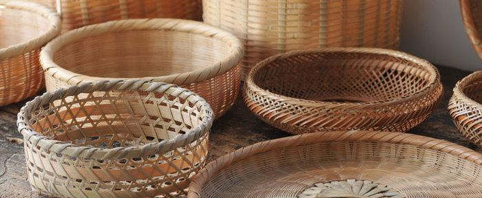 竹細工の器と日本人との歴史は古く、通気性の良さから野菜をまとめたり・・・自然素材ならではの柔軟性に富んでいるため、用途に応じた様々なカタチが愛され続けています。