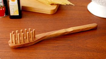 こちらは、スキャンウッドのスパゲティスプーン。オリーブウッドのシリーズには、スパチュラ類のほかにもレイドル、サラダサーバー、バターナイフなどがあります。