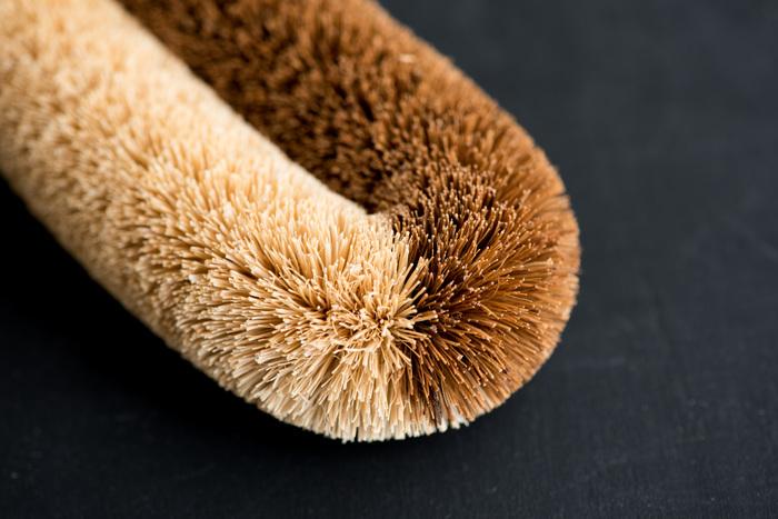 網目の細かいざるやコシ器、根菜の泥落しや皮むきまで、色んな用途で使えます。亀の子束子西尾商店の亀の子だわしは、2013年グッドデザイン・ロングライフデザインも受賞した伝統の逸品なんです。ひとつ台所において置きたいお品です。