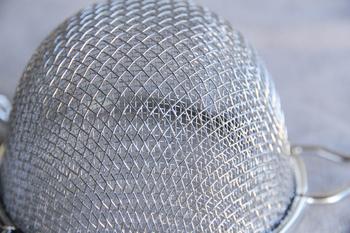 日本製でしっかりとした作りですので一生モノとして使っていける、新潟県燕市の工房アイザワの万能コシは、網部分が二重なのでへたれ知らず。荒めと細かめの2種類の網がしっかり濾してくれるので、粉ふるいや裏ごしにも役立ちます。