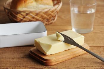 使う時は、本体をひっくり返し木蓋をソーサーにして、バターを切ることができるんです。これならバターが手に触れることなく、適量をさっと切って分けられます。 木蓋は桜の木をくり抜いた無垢材でできていて、使うほどにどんどん艶を増し、飴色に変化していきます。ケースや銀紙がはりついて、切り出しにくかったバターを使うのもこれで楽しくなりますね。