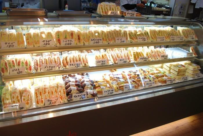 ずらりとパン・サンドイッチが並ぶショーケース。 お手ごろ価格で何種類でも試したくなる&飽きが来ないうれしい品揃えです。