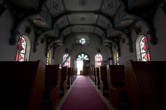 教会内部には柱がなく、椿模様が華やかで可憐な印象です。