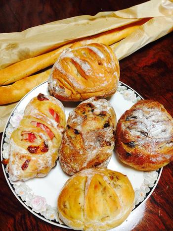 デニッシュは季節のものなど種類豊富。 ハード系のドイツパンは、小麦の風味が香ばしいしっかりした生地で食べごたえあり。 一癖あるアレンジが楽しい品もあり、他との差をつけてます。