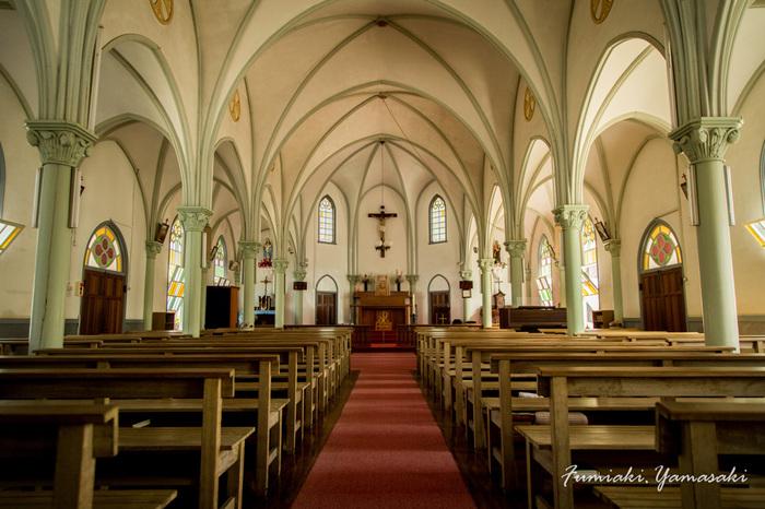 木造教会の内部は、リブ・ヴォールト天井が描く優しい曲線が優美な印象。 大きなステンドグラスから差し込むやわらかい光が、堂内にあふれている雰囲気も、心を穏やかにしてくれます。
