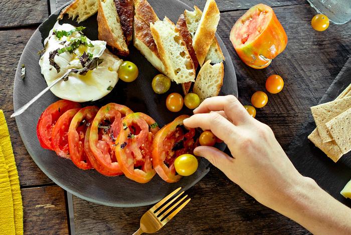 使い勝手の良さそうなラウンドのスレートはつるりとした表面が特徴。いつものお皿の間隔で使いこなしてみて。