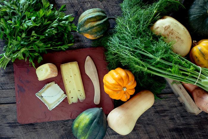 柔らかな食材ならカッティングボード代わりに使っても。食卓にオシャレなキッチンの風景が広がります。