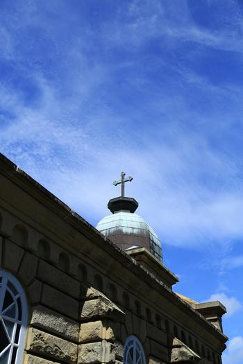 ふと見上げると、そこには、空を仰ぐ教会の十字架が。  世界遺産候補にもなっている日本の教会建築に多大なる貢献をした、鉄川与助ですが、実は、彼自身は生涯仏教徒だったんだそうです。こんな豆知識とともに、彼の作った教会を訪れるのも面白いと思います。