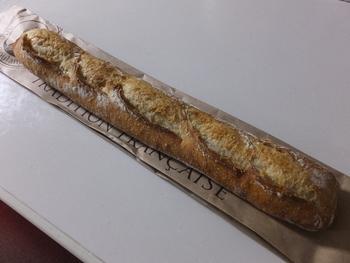 バケットやカンパーニュ、セーグルノア、ライ麦パン、マカダミアナッツ入りのパン、全粒粉パン、ヴィエノアズリー系のパンもおすすめ。 バケットやライ麦パンをオリーブオイルにつけて食べると堪りません。