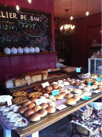 おしゃれな店内はパン・和洋菓子・雑貨が所狭しと並びます。 大きな黒板では曜日ごとのパンメニューの確認ができるので、狙いを定めていくとよさそう。