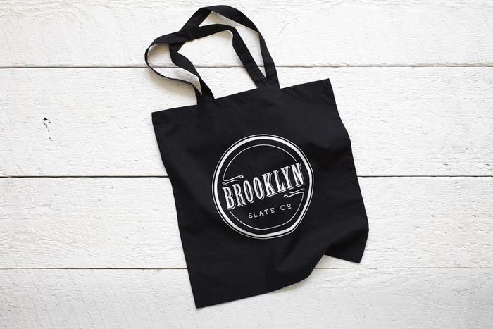 ブルックリンスレートではオリジナルアイテムのトートバッグも販売しています。モノトーンにロゴがシンプルでオシャレ。