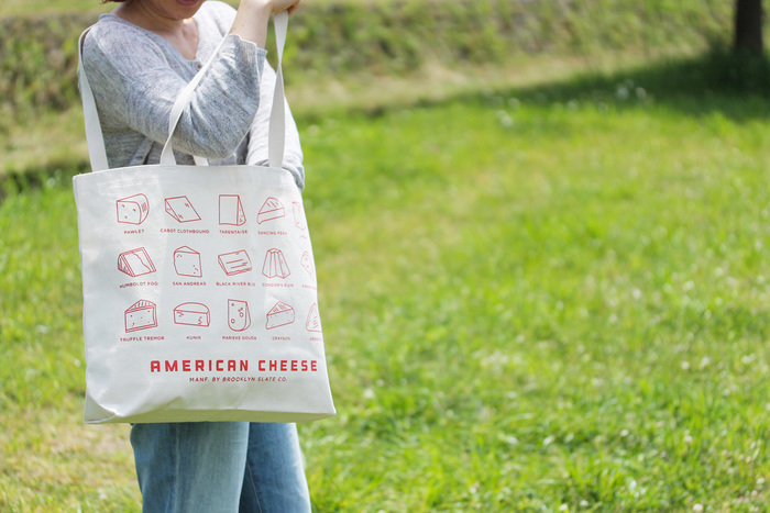 アメリカらしいチーズ柄の大きめトートバッグも。お買い物のショッピングバッグとしてもぴったりの、広めのマチが入っています。