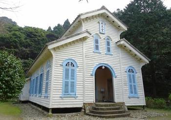 まるで絵本に出てくる童話の世界のようにメルヘンチックな、こちらの教会。 緑の木々の中にある、白い壁に水色の窓枠が可愛らしい、江上天主堂です。