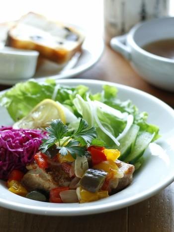 お肉も野菜もしっかり食べたい方におすすめのレシピ。ナスやトマト、パプリカなど、見た目にも美しい一品になります。