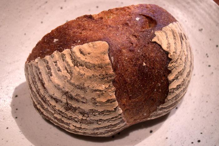 こちらは、どっしり食べ応えのある「ライ麦カンパニューロ」。  オーガニックレーズンの葡萄酵母を使った自家製の天然酵母パンは、ハード系のパン好きの人だったらおすすめのラインナップです!